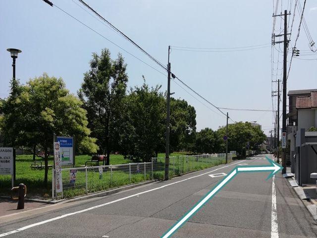 【道順2】真っ直ぐ進んでいただくと甲子園コミュニティセンターと公園が見えます。 また、電柱にすなはま米穀店の看板を目印に右折します