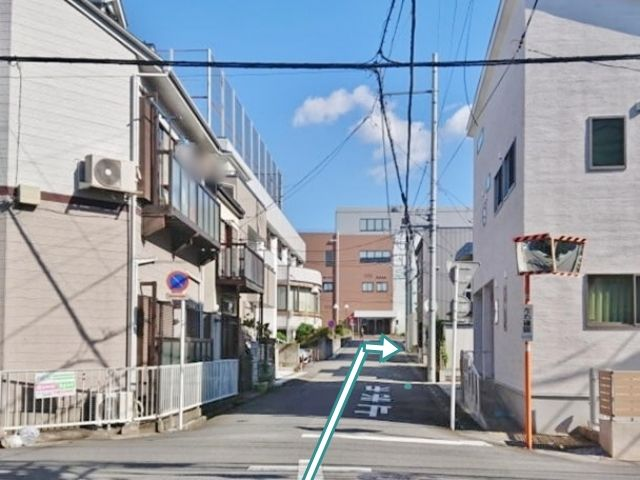 右側にある黒い「Gスタイル」に併設の駐車場です。