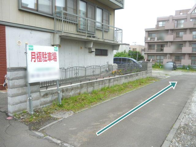 駐車場の看板がありますので、こちらに進入してください。