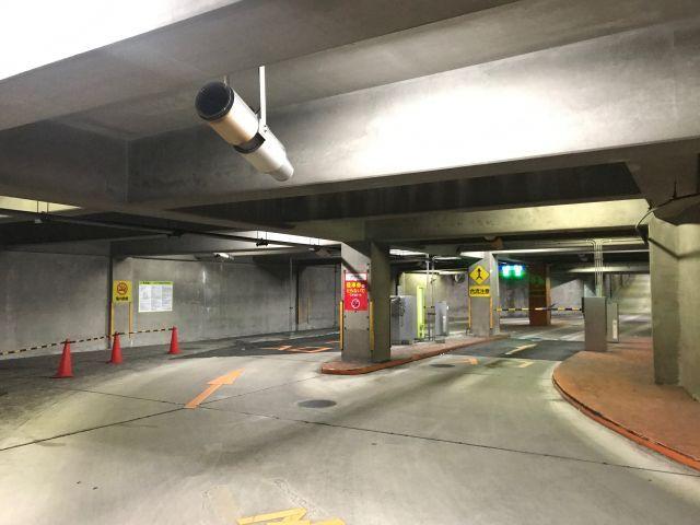 手順1. 地下1階の入口は右と左どちらに進んでいただいてもテンキーがございます