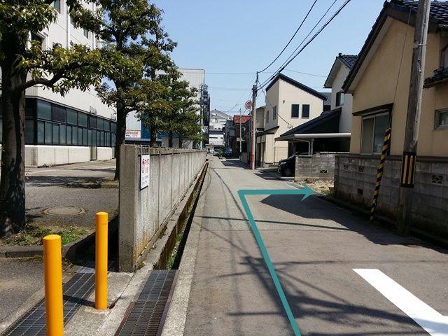 【道順7】この先の右側の空き地がakippa駐車場となります。