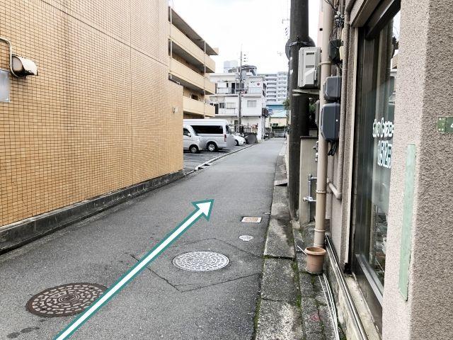 道順2.ここをまっすぐ行きます。入る道は車1台しか通れません