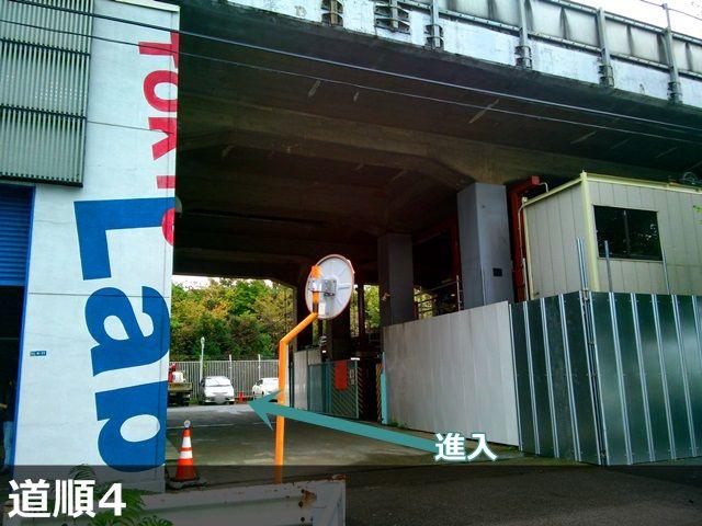 【道順4】 電飾が目印の【EFFECT MEIJI GROUP】の隣が駐車場出入口ですので、進入し予約したスペースへ駐車してください。