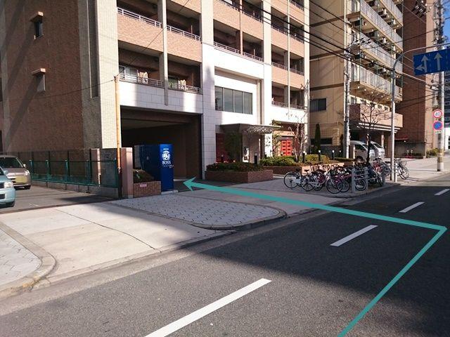 【道順2】駐車場出入口の写真です。歩行者等に気を付けてお進みください。