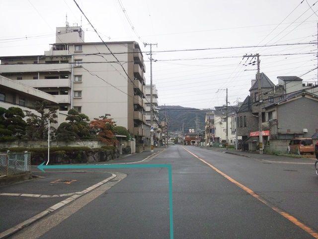 【道順1】「東花園駅」を右手に「東」へ直進していただき、1つ目の信号を超えて、1つ目の角を「左折」してください。