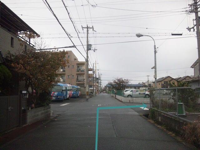 【道順3】3つ目の十字路を「右折」してください。