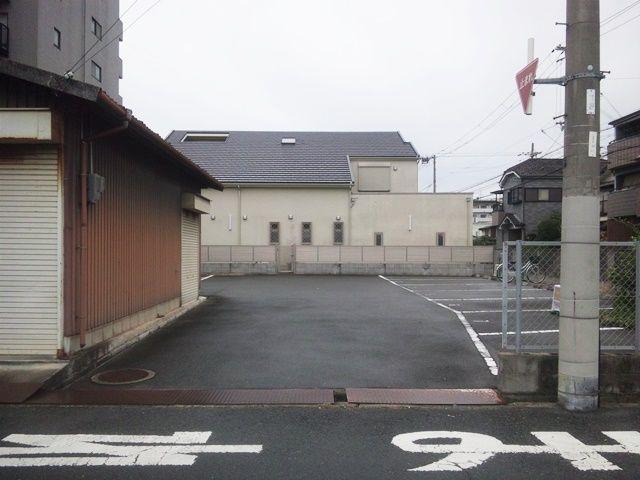 【道順5】駐車場出入口の写真です。ご予約時のスペースに駐車してください。