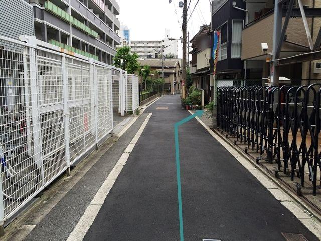 【道順7】「右手」にご利用駐車場が見えてきます