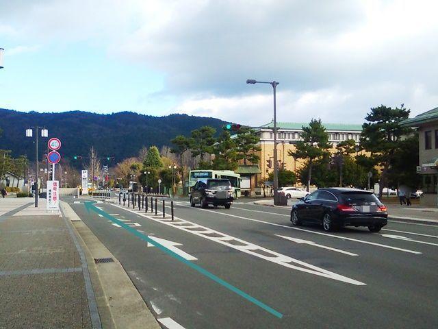 【道順1】「東山二条交差点」から「東」へ進み、1つ目の信号を過ぎてから、1番左側の一方通行の車線を直進してください。