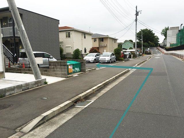 【道順9】少しお進みいただくと「左側」に駐車場入口があります。