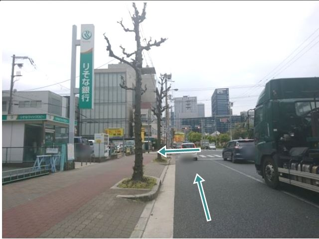 【順路1】「城見通」を西へ進み、りそな銀行・コインパーキングのある「鴫野会館前」交差点を左折します