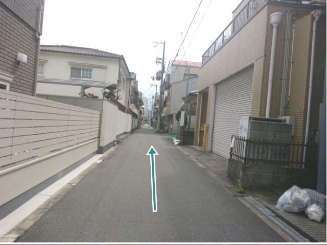 【順路7】左折後、直進します。右側に駐車場がみえてきます。
