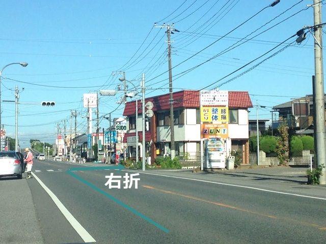 【道順1】この信号を右折して、しばらく行った踏切を渡った駐車場です。信号近くにほっともっとがあります。