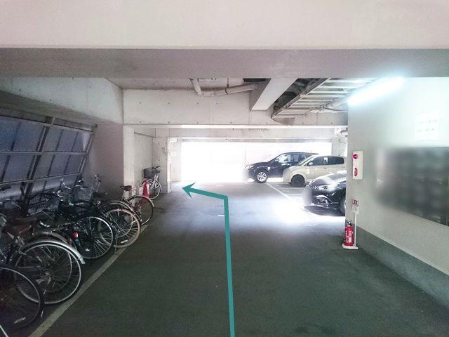 【順路1】駐車場内に進入後、突き当りを左折してください。