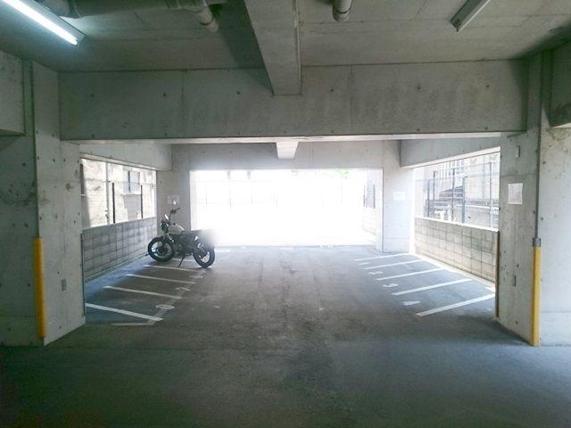 【順路2】ご利用駐車場になります。ご予約された駐車場に間違いないか確認し、ご予約されたスペースに駐車してください。