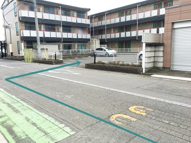 【道順7】駐車場の写真です。対向車等に気をつけて進入していただき、ご予約時のスペースに駐車してください。