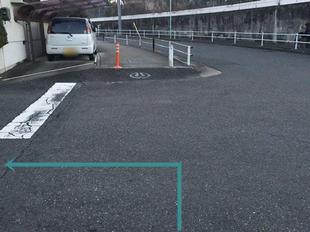 【道順2】一方通行を直進後、1つ目の交差点で左折してください。
