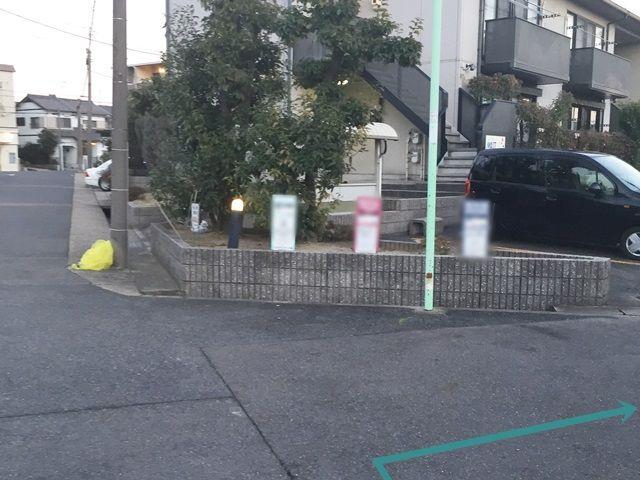 【道順4】道なりに直進すると右折できる道が見えます。そこで右折してください。