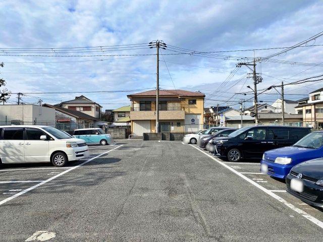 別の位置から見た駐車場の全体写真です。