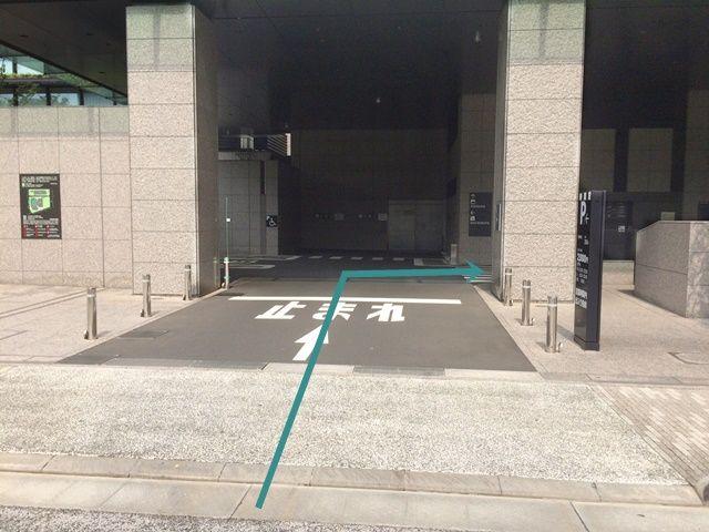 【道順4】駐車場入口の写真です。歩行者等に気を付けて進入していただくと、すぐ「右側」にご利用駐車場があります。