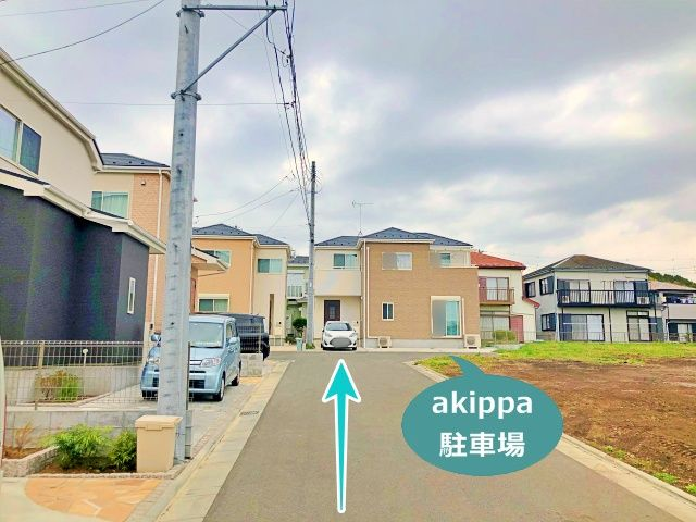 正面に見える白と茶色の住宅です