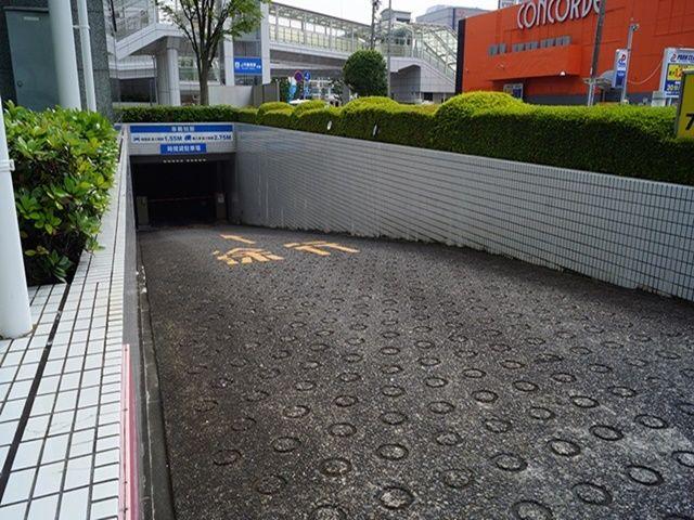 【順路1】敷地内入口を右へ回り込み、駐車場入口スロープを降りてください