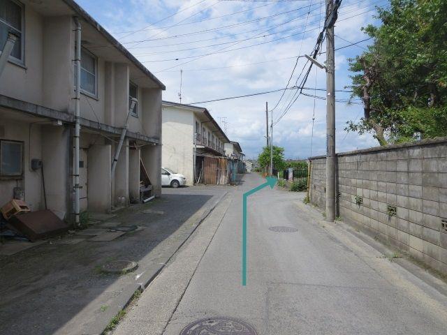 【道順6】二階建文化住宅の向かい側(マイルーム館の看板が目印)です。