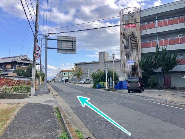 右折後、すぐ右手に駐車場(砂利)が見えます