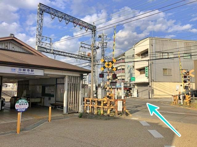 当麻寺駅の踏切を渡ります