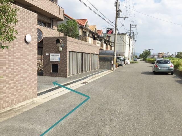 【道順9】駐車場出入口の写真です。対向車等に気をつけて進入し、ご予約時のスペースに駐車してください。
