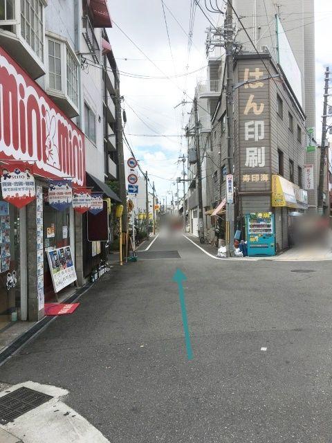 【道順1】ミニミニのある店舗前の道路を直進