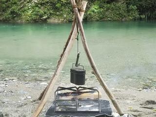 【DIYキャンプ】焚き火料理に役立つ『トライポッド(三脚)』を拾った木と枝で手作りしてみた!