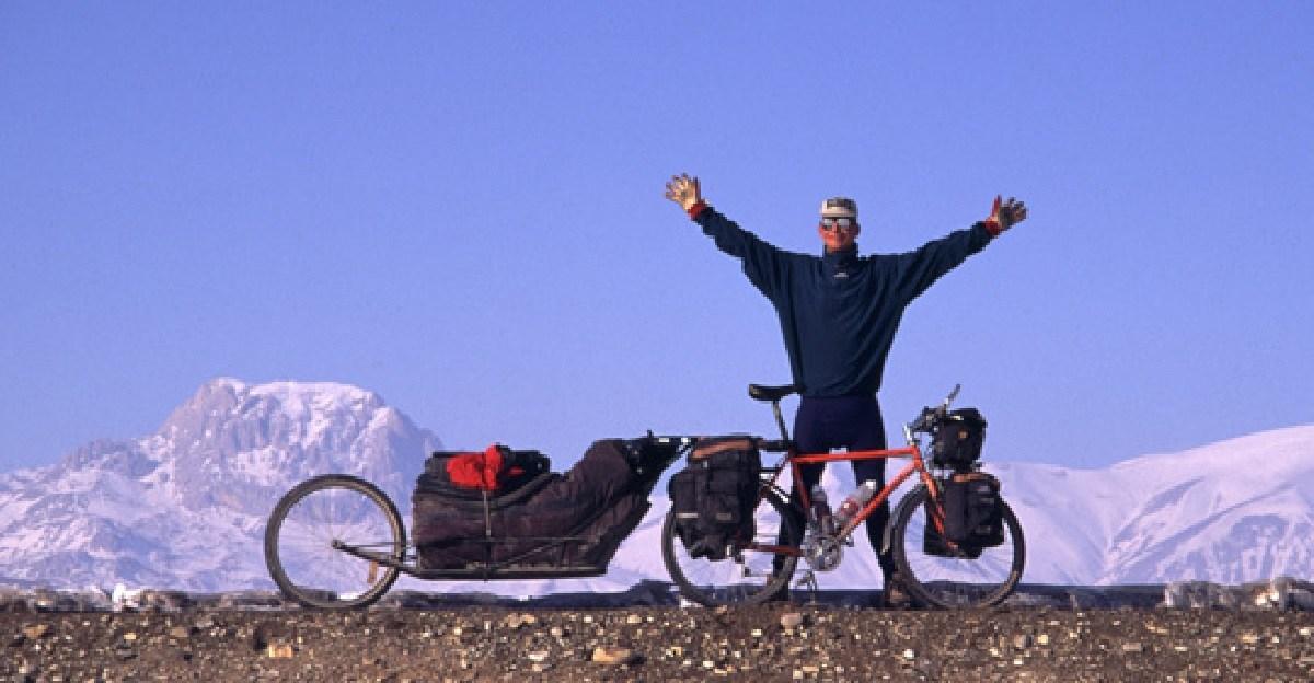 スウェーデンからネパールまで1万3,000km自走、エベレストに登頂した男