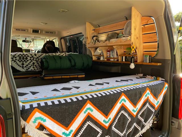 キャラバンをキャンパー化、快適な車中泊DIYの実例を紹介