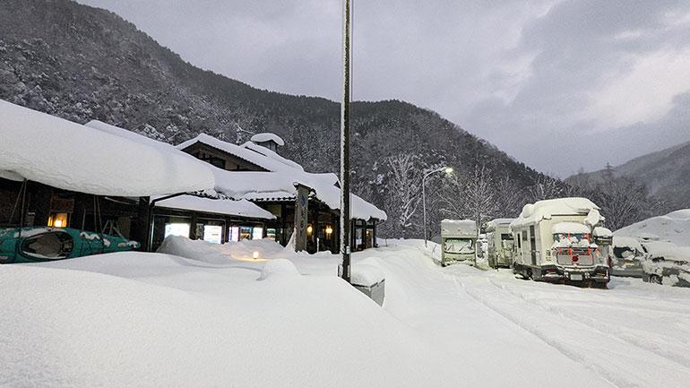 冬のキャンピングカー・車旅に!必須の雪対策アイテム8選
