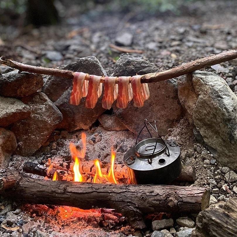 無骨な野営とブッシュクラフトでソロキャンプを楽しむ、かず坊さん【キニナル!ソロキャンプ飯 #2】