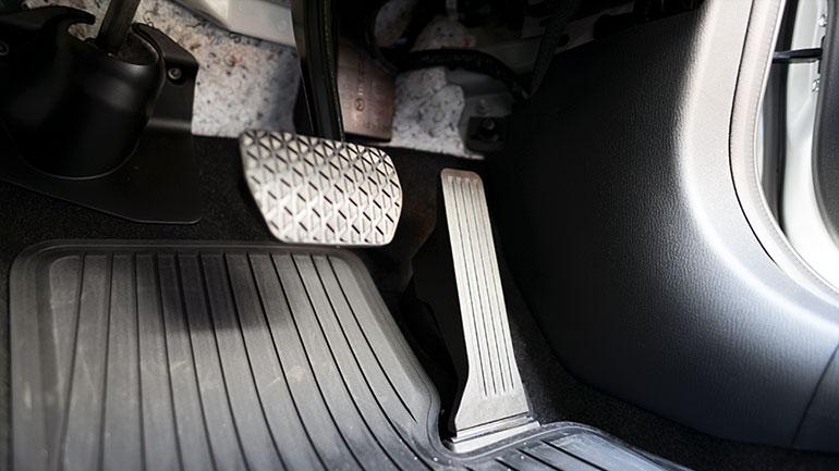 キャンピングカーの自動ブレーキ事情と後付けのペダル踏み違い防止装置について