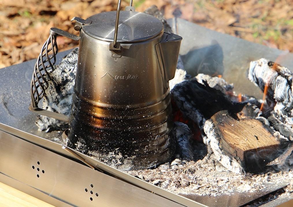 【2021年新作】テンマクデザイン『焚き火・薪ストーブ周り』のアイテムがソソります。ケトル、スモーカー、煙突スタンドまで、選り取り見取り!!