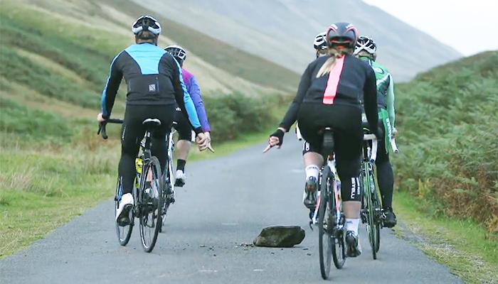 ロードバイクの集団走行ハンドサインまとめ|自転車の手信号