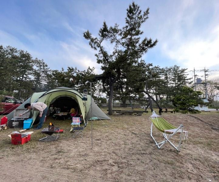 「島尾キャンプ場」目の前が海!美しい朝日と海越しの立山連峰が圧巻!海水浴や観光の拠点にもおすすめ|富山県氷見市