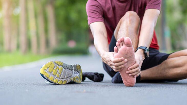 ランニングで足の裏が痛くなるのはなぜ?足裏の痛みのメカニズムと対処法を徹底解説