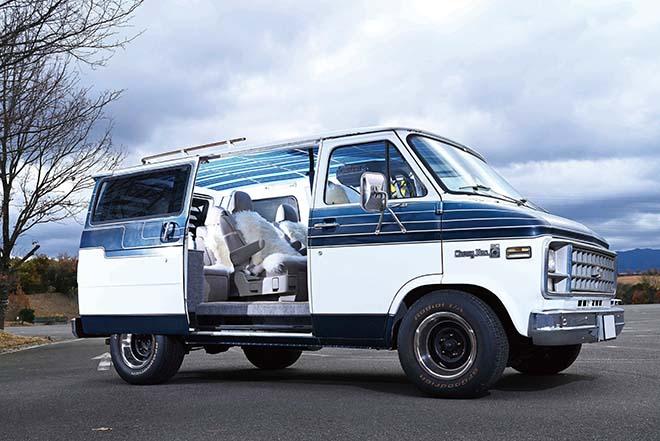 80年代バンらしいホワイト×ネイビーデザインのツートンボディのシェビーバン