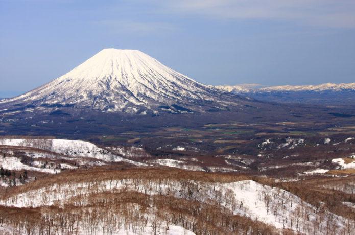 後方羊蹄山|富士山によく似た美しい独立峰。山頂に広がる火口は必見!