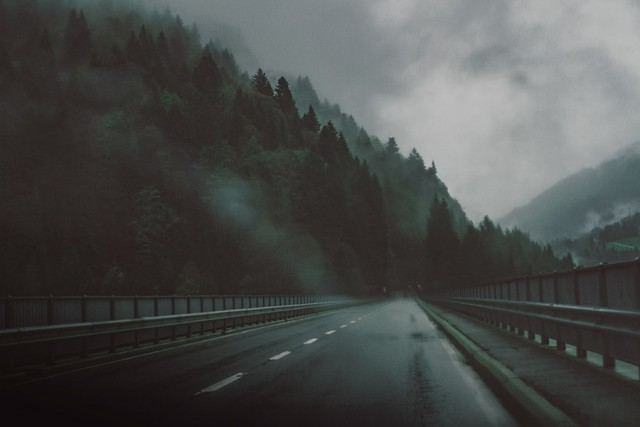 運転中に竜巻を見かけたら車で逃げるのはとっても危険!竜巻遭遇時のNG行動4選