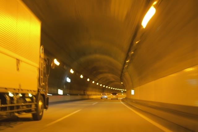 もしトンネル内で事故に遭遇したらどう行動する!?安全に身を守るために取るべき6つの行動