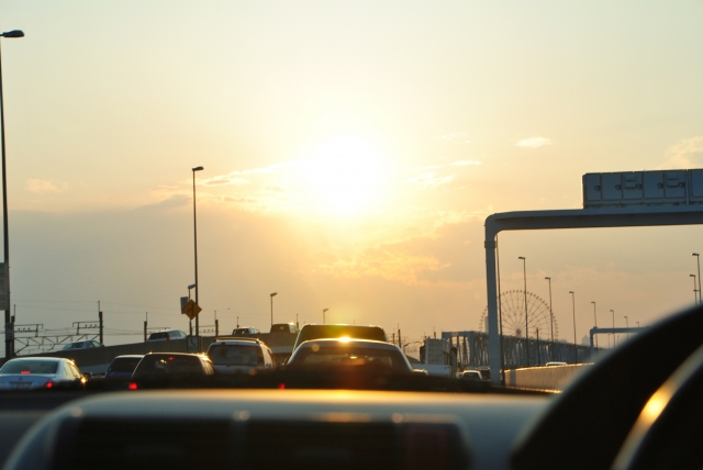 運転中の「眩しい!」を解決!昼の太陽光、夜のヘッドライト…等シーン別に対処法を解説