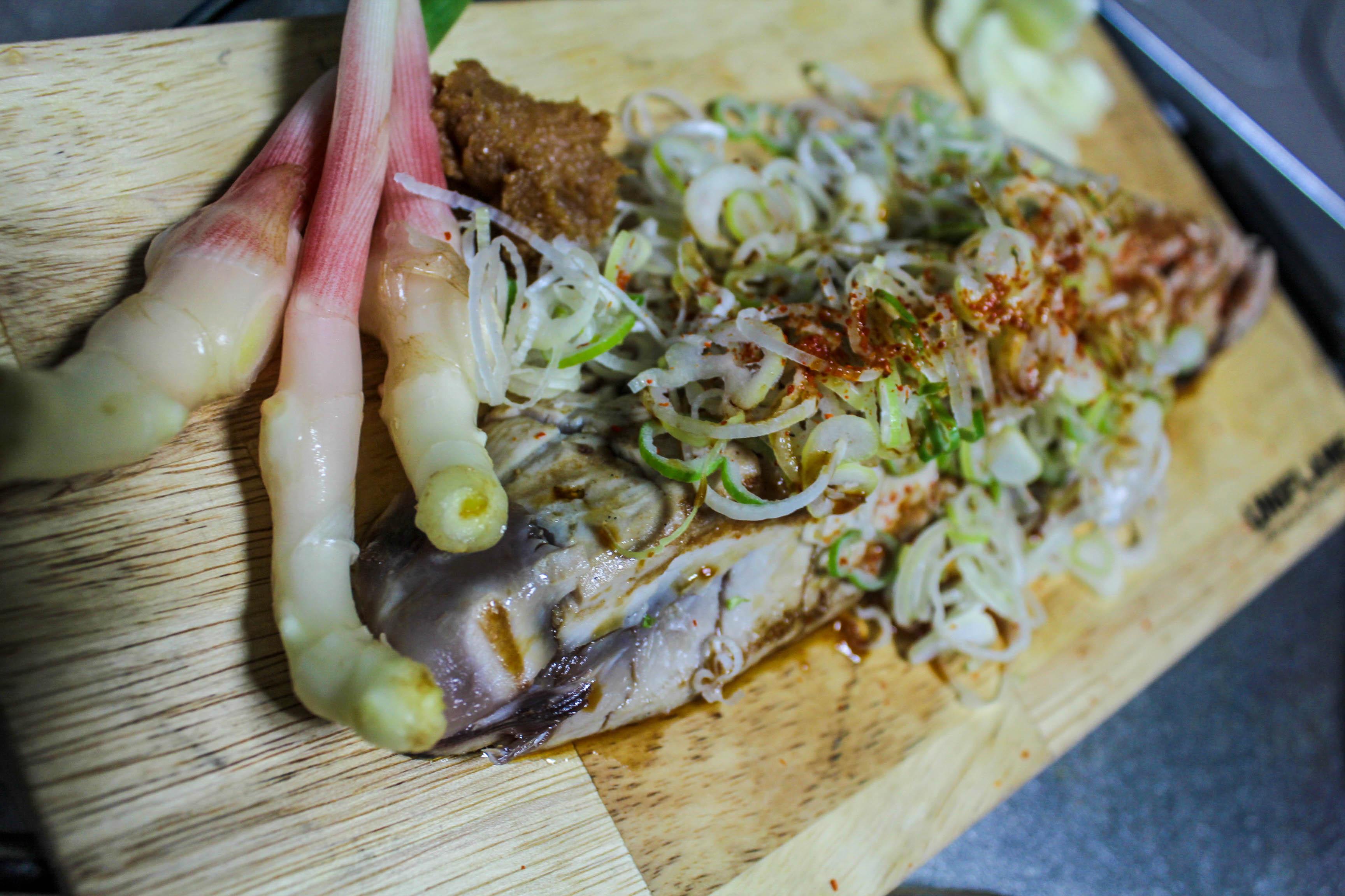 【キャンプ飯】男前グリルプレートを使って簡単に鰹のたたきを作る