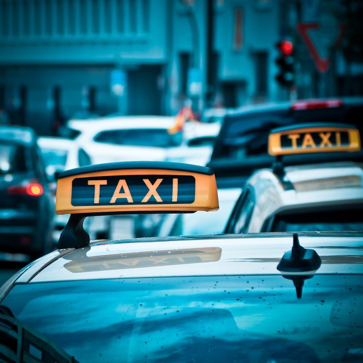 子供とタクシーやバスに乗る時チャイルドシートは義務?安全に乗るには抱っこひもが大活躍!