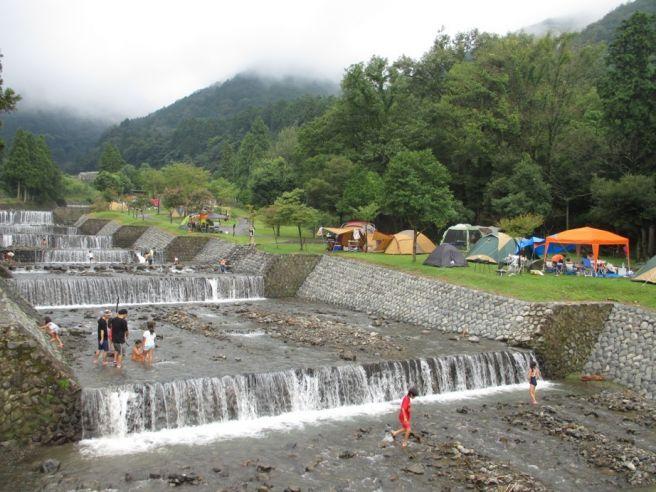 【大津谷公園キャンプ場 総合情報】水辺の無料キャンプ場!温泉施設や口コミなど