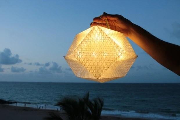 折り紙の発想から生まれた、ソーラーパネル付き携帯ランタン「QWNN」
